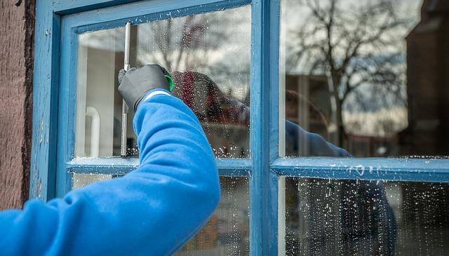 窓掃除をする人の後ろ姿