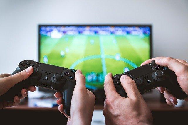 ゲームに熱中する中学生男子