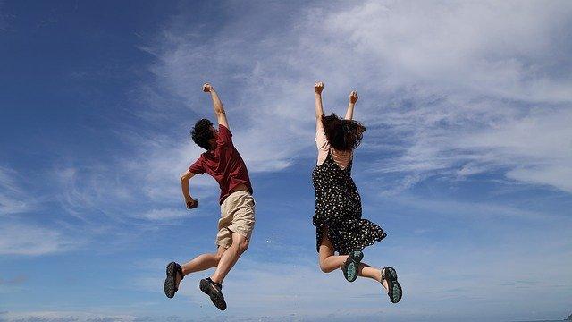 青空に向かってジャンプする子どもたち