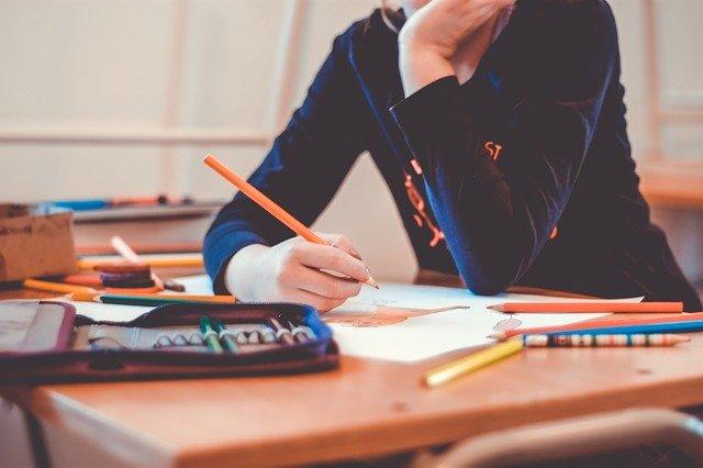 勉強する高校生の姿