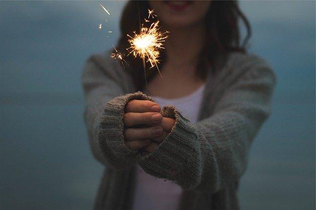 線香花火を楽しむ女性