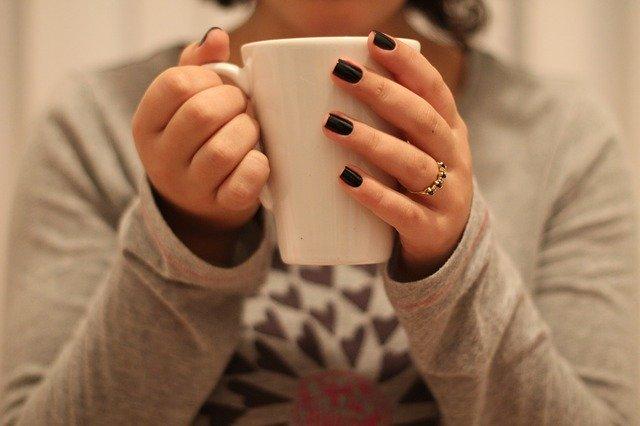 自宅でコーヒーを飲み、くつろぐ女性