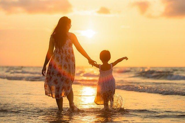 浜辺を歩く母と子