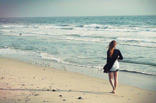 浜辺を歩く女性