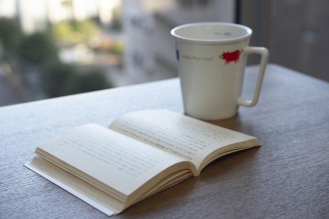 読みかけの本とコーヒー
