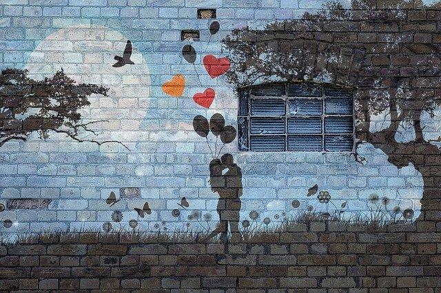 壁の前で抱き合う二人の男女