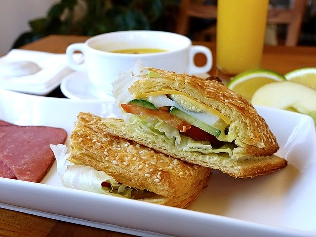パンとコーンスープの朝食
